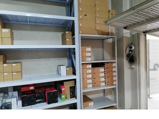 Il magazzino per lo stoccaggio delle apparecchiatu...