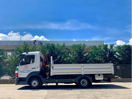 Autocarro trasporto merci con operatore....