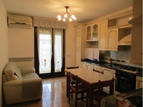 RONCHIS: in zona centrale appartamento al piano ri...