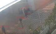 Ladri all'assalto del supermercato: carrelli per bloccare l'ingresso, poi la fuga. IL VIDEO