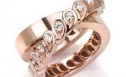 L'anello a intreccio in oro e diamanti, di Segreti di Mu dedicato alla mamma ed al suo bambino